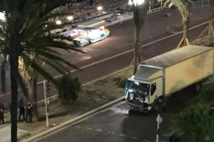 Nizza, spari da un camion sulla folla: almeno 30 morti e 100 feriti